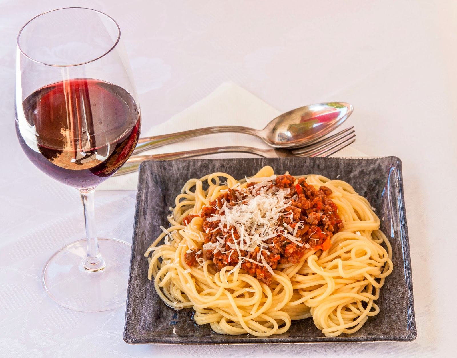 Спагети с доматен сос и кайма