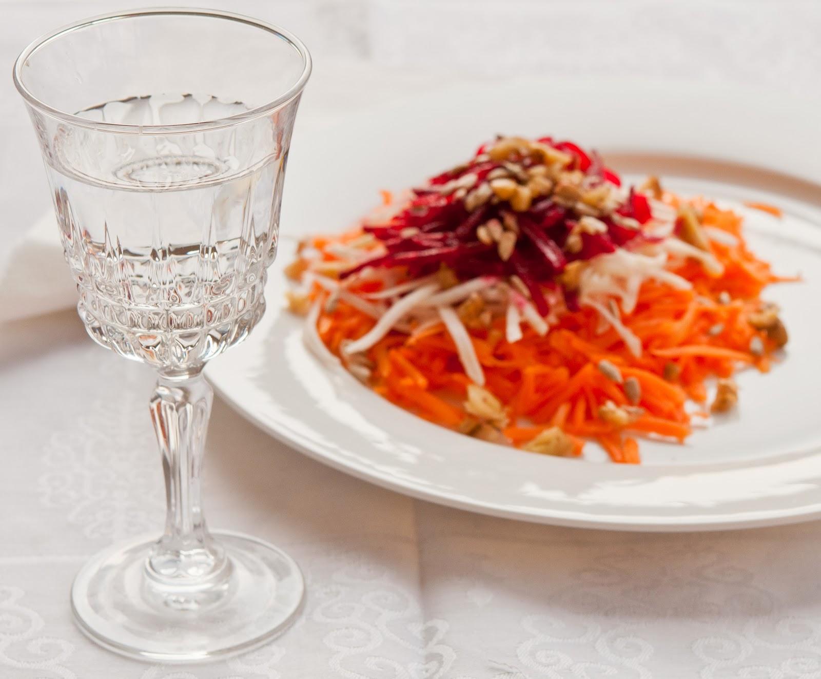 Зимна салата от моркови, целина и червено цвекло