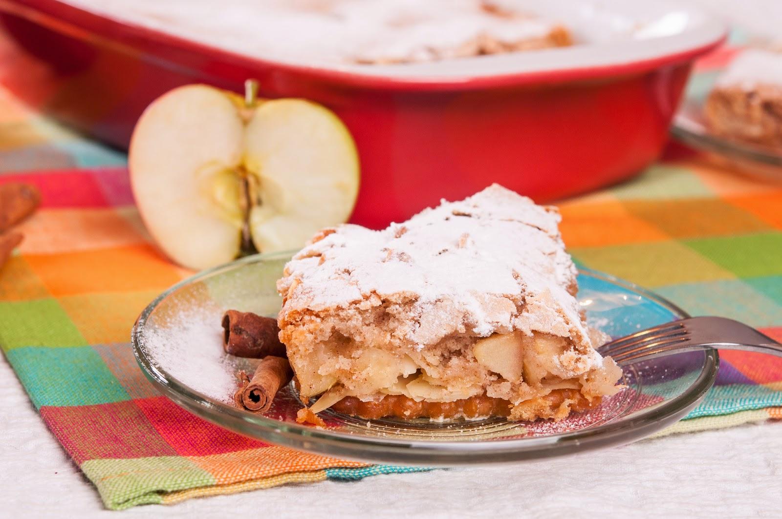 Сладкиш с бисквити и ябълки за Коледа