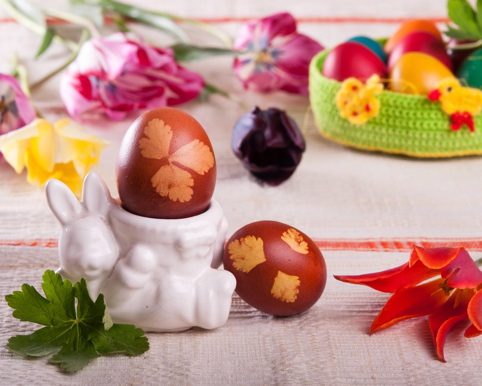 Великденски яйца боядисани с люспи от лук и отпечатани листа