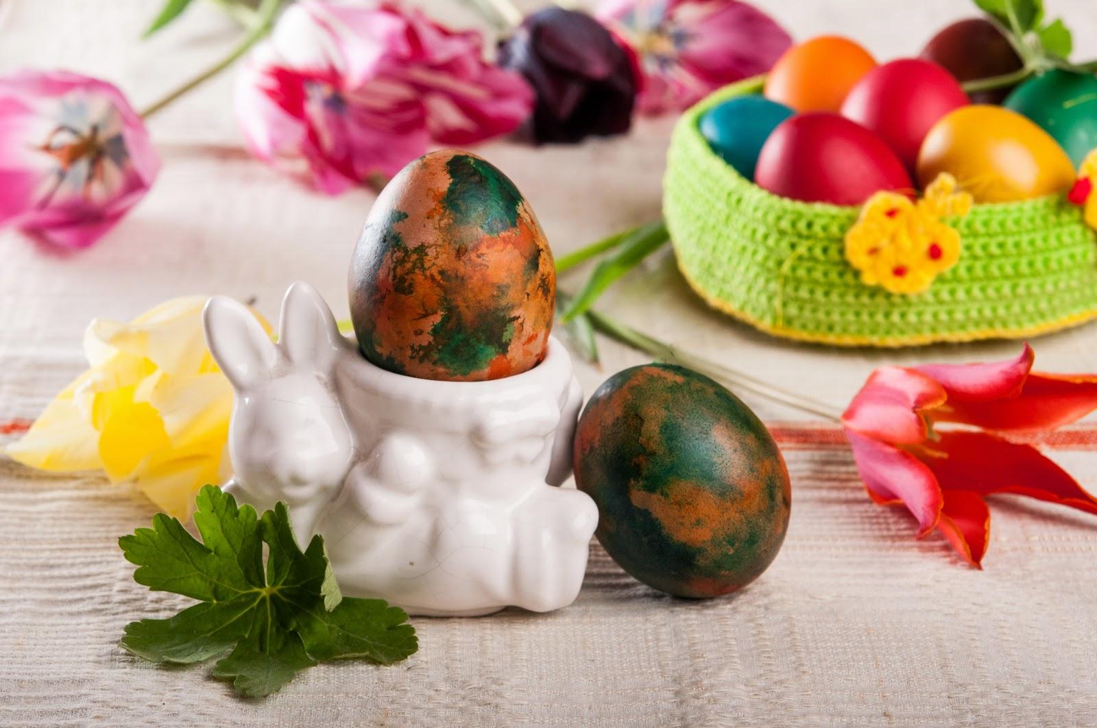 Шарени великденски яйца боядисани в памук